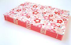 Durch die klebstofffreie Bindetechnik läßt sich das Buch ganz flach öffnen und ist daher sehr benutzerfreundlich. 6 rote und 6 rosa Papierblätter reih