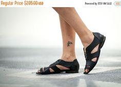 Venta 40% cuero negro sandalias, sandalias de encaje, pisos de verano, sandalias artesanales, sandalias negras, zapatos, sandalias de lazo, sandalias de tiras, Robi de verano de abramey en Etsy https://www.etsy.com/es/listing/226041365/venta-40-cuero-negro-sandalias-sandalias