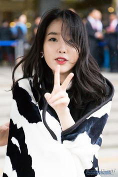 IU very beautiful and she was very beautiful voice and smile and eyes. She the best singer and danser in Korea. Korean Beauty, Asian Beauty, Iu Twitter, Le Jolie, Iu Fashion, Korean Actresses, Beautiful Asian Girls, Ulzzang Girl, Korean Singer