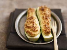 Zucchinischiffchen mit Käsesoufflee-Füllung ist ein Rezept mit frischen Zutaten aus der Kategorie Blütengemüse. Probieren Sie dieses und weitere Rezepte von EAT SMARTER!
