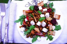 TOIT & PILT: Ahjupeedi salat feta, rukola, kikerherneste ja tor...