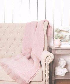 Traumräume mit Millennial Rose | Mode Tendenzen haben in der Regel starke Einflüsse in der Innenarchitektur. Wie haben Sie die gewünschte richtige Farbtrends für Ihr Haus-dekor gewählt? Jetzt ist es alles über das Millennial Rose. Vorbei sind die Tage von Mädchen Rose, das heutige 'Millennial Pink' ist stark und kühn. Clicken Sie zu mehr Inspirationen. #wohnideen #wohnzimmerdekoration #jung #wohnzimmerideen #esszimmerinspirationen #Büro #rose #farbtrend #sommer
