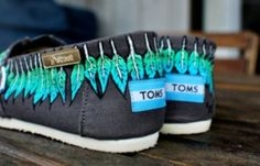 SO CUTE!!!!  peacock feather toms.