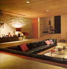 Vintage Decor Living Room This 1971 living room, spotted in AnOther Mag, features a conversation pit, a common feature of the era. - Styles in interior design have changed a lot over the past 100 years, and it's definitely fun to watch them evolve Design Retro, Retro Interior Design, Mid-century Interior, Modern Interior, Interior Architecture, Design Design, Modern Design, Natural Interior, Studio Interior