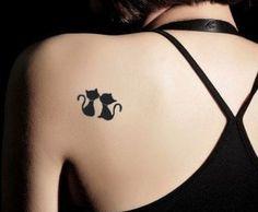 Tatuaggio gatti neri sulla spalla
