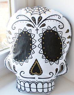 Coussin en forme de skull en tissu coton et rembourrage d'ouate.  Entièrement dessiné et cousu à la main  env 39 x29 cm cm