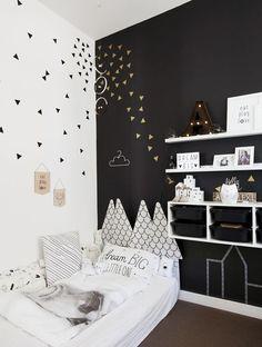 Belle #chambre pour #enfant en #noir et #blanc ! http://www.m-habitat.fr/tendances-et-couleurs/couleurs-deco/la-tendance-noir-et-blanc-en-deco-3827_A