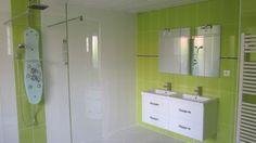 Salle de bain vert anis Bathroom Lighting, Mirror, Storage, Furniture, Home Decor, Turquoise Bathroom, Navy Blue Bathrooms, Bathroom Green, Shower Tub