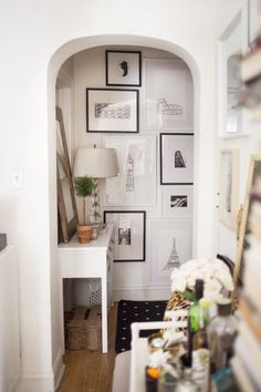 Decorating small spaces, foyer decorating, hallway art, hallway walls, u Apartment Living, Apartment Therapy, Apartment Entryway, Cheap Apartment, Home Interior, Interior Design, Kitchen Interior, Interior Architecture, Boho Deco