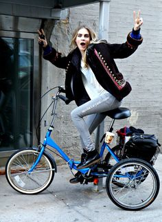 Uploaded by MlleDelevingne. Find images and videos about model, cara delevingne and bike on We Heart It - the app to get lost in what you love. Cara Delevingne Style, Poppy Delevingne, Sandro, Cycle Chic, Bicycle Girl, Bicycle Women, Vogue, Bike Style, Girls Show