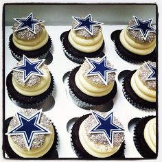 Dallas cowboy star cupcakes-maybe in place of a groom's cake? Dallas Cowboys Kuchen, Dallas Cowboys Birthday Cake, Dallas Cowboys Wedding, Cowboy Birthday Cakes, Dallas Cowboys Football, Dallas Cowboys Baby Shower Ideas, Football Birthday, Cowboy Cupcakes, Star Cupcakes