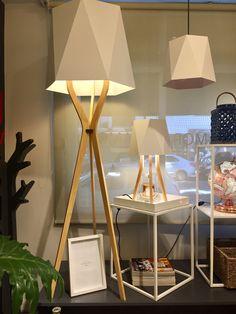 Trípode de madera y pantalla vinilo Automata, Tripod Lamp, Lighting, Design, Home Decor, Minimalist Style, Standing Lamps, Houses, House Decorations