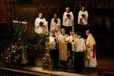 Christmas, Natal, menorah-like candlestick Midnight Mass at the London Oratory www.newliturgicalmovement.org/2013/12/midnight-mass-at-london-oratory.html