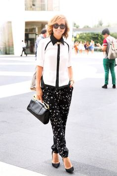 Kelly wears Tibi pants with a Primary top #streetstyle #NYFW