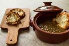 Black Beer Onion Soup and Bruschetta! Black beer makes the difference in this recipe since it goes perfectly with the onions! And of course some pieces of bruschetta with melted cheese to dip in your soup...