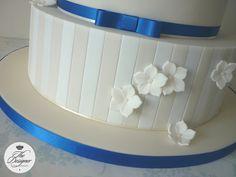 Ivory, white & royal blue wedding cake | Flickr: Intercambio de fotos