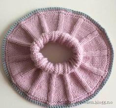 Denne halsen er så lett og enkel å strikke, samtidig som den er så utrolig nydelig! Med kun bare ... Knitted Shawls, Knitted Bags, Baby Knitting Patterns, Baby Patterns, Crochet For Kids, Knit Crochet, Drops Baby, Baby Barn, Crochet For Beginners Blanket