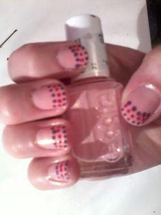 Nail art ongles courts . J'ai fait les points avec une pince à chignon :)