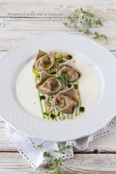Italian food varies greatly throughout Italy and pairing down Italian food to just the fifteen or so dishes that can be found at Italian food restaurants Ravioli, Gourmet Recipes, Pasta Recipes, Italian Food Restaurant, Pasta Restaurants, Confort Food, Fonduta, Fresh Pasta, Homemade Pasta
