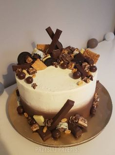 Tort Snickers Chocolate Birthday Cake Decoration, Birthday Cake Decorating, Food Cakes, Cupcake Cakes, Cupcakes, Patisserie Design, Birtday Cake, Fashion Cakes, Fancy Cakes