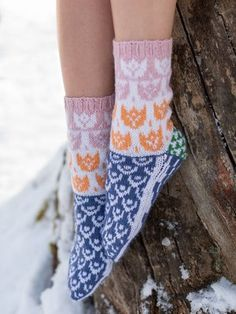 Tuittu-socks knitted with Moomin x Novita Muumitalo yarn. Novita Muumitalo yarn is one of the three products in the Moomin x Novita family. The colours are inspired by Tove Jansson's classic Moomin books. Knitting Club, Hand Knitting Yarn, Vogue Knitting, Fair Isle Knitting, Knitting Socks, Knitting Patterns, Crochet Patterns, Tove Jansson, Dk Weight Yarn