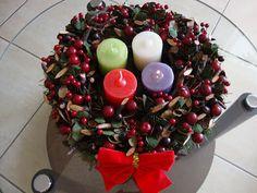 Coroa do advento: explicação e orações Ornament Wreath, Christmas Home, Acai Bowl, Merry, Food, Vintage, Christmas Table Decorations, Christmas Decor, Christmas Things