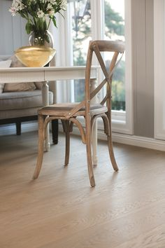 Find your floor with Boen. We offer parquet and hardwood floor in 1 strip plank and 3 strip. Classic, modern flooring of high quality produced in Europe. Classic Elegance, Classic Style, Modern Flooring, Wishbone Chair, Shades Of Black, Plank, Hardwood Floors, Elegant