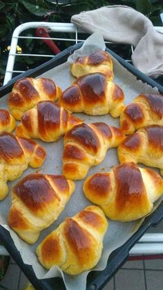 Croissante pufoase. Sweets Recipes, Appetizer Recipes, Baking Recipes, Romanian Food, Pastry And Bakery, Sweet Cakes, Desert Recipes, Delicious Desserts, Breakfast Recipes