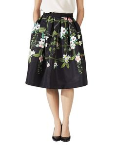Emmalin Secret Trellis -hameen ja muut satumaisen kauniit Ted Baker -vaatteet löydät stockmann.com-verkkokaupasta. Tilaa omasi jo tänään!