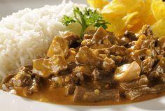 Receita de Estrogonofe - essa mistura de carne, temperos, champignon e creme de leite, é tudo de bom! Receita da chef Janaina Rueda do Bar da Dona Onça.