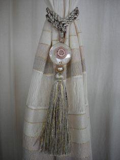 Braçadeira com pingente para cortinas   Redes Vitória Window Treatments, Easy Crafts, Tassels, Mandala, Sissi, Fabric, Diy, Design, Home Decor
