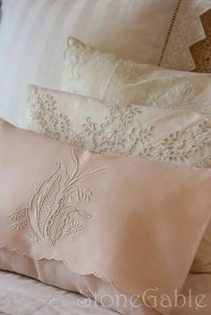 Vintage Tea Towel Pillow Tutorial - StoneGable - Vintage linens make me swoon! Not only are they beautiful but they can be very economical. Sewing Crafts, Sewing Projects, Diy Crafts, Pillow Tutorial, Diy Tutorial, Linens And Lace, Heirloom Sewing, Vintage Tea, Vintage Table