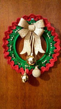 New crochet christmas wreath pattern ideas ideas Crochet Christmas Wreath, Crochet Wreath, Crochet Christmas Decorations, Cone Christmas Trees, Christmas Crochet Patterns, Crochet Ornaments, Crochet Decoration, Holiday Crochet, Crochet Flower Patterns