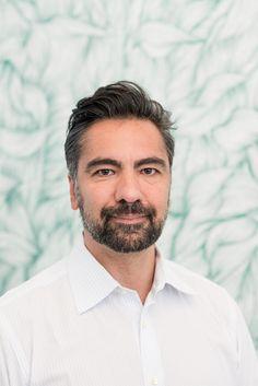 Renato Seyrafi im The Aurora Ärztezentrum Handsome Faces, Interiordesign, Aurora, Mens Tops, Surgery, Northern Lights
