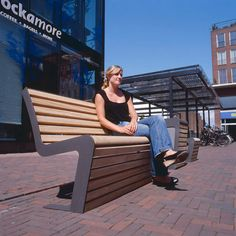 modern straatmeubilair in hout en staal Linea street furniture
