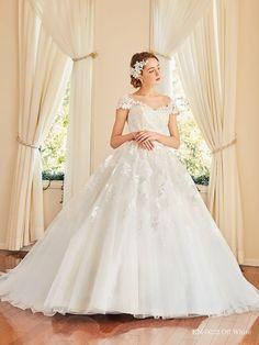 「KM-0032 OW」をご紹介!美しさ際立つ刺繍レースを何重にも重ねたチュールスカートに、透け感を出したくさんの大小のモチーフのお花で陰影をつけた品よく華やかな一着。ウェディングドレス・その他衣装の写真付き口コミは10,000件以上!カラーやテイストからドレスを検索できる他、全国のドレスショップのおすすめ情報が満載! Cute Wedding Dress, Wedding Dresses, Girls Dresses, Flower Girl Dresses, Fashion, Bride Dresses, Dresses Of Girls, Moda, Dresses For Girls