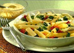 Receita de Macarrão com rúcula e tomatinhos - http://www.receitasja.com/receita-de-macarrao-com-rucula-e-tomatinhos/