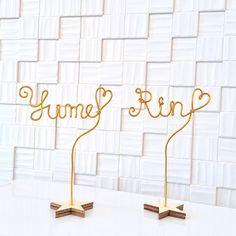 ワイヤーで制作した、オーダーのスタンドです。ご購入の際にご希望のネームや、フレーズをローマ字で記入して下さい。 ローマ字は一文字目が大文字で二文字目以降は小文字になります。ショップのレジカウンターや お誕生日のテーブルデコ 玄関の棚にウェルカムスタンド ご結婚された友人へのプレゼント 新婚夫婦のお部屋のインテリア 結婚式の際、happyweddingを各テーブルに設置するなど様々なシーンでご利用頂けます。土台は木製の星型です。 ワイヤーで制作しております、小さいお子様が触って遊んだりするとすぐに形が崩れてしまいますのであらかじめご了承ください。ネームスタンド一点の価格となります。高さ約10センチ『インテリアハンドメイド2017』#手作り #ウェルカムボード #ハートドロップ #オーダーメイド #ゲストブック #芳名帳 #席札 #テーブルナンバー #ウェディングツリー #ウェディングサイン #ウェルカムサイン #フォトジェニック #フォトプロップス #グリーン #ウェディング #wedding #ブライダル #結婚式 #結婚 #二次会 #披露宴 #パーティ #フォトジェニック… Water Lilies, Diy Wedding, Display, Crafts, Design, Home Decor, Star Party, Floor Space, Manualidades