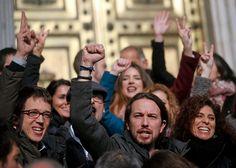 Podemos-Chef Iglesias (Mi.) will die Basis (teilweise umstehend) über den Kurs abstimmen lassen.