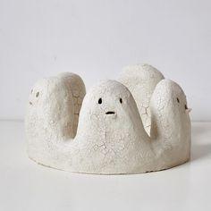 No crown, 2017 pièce sélectionnée pour Expressions terre, prix de céramique de petite forme. . . . #sculpture #ceramics #ceramic #stoneware #annebreton #nocrown #terre #ghost #fantome #white #contemporaryart #womanartist