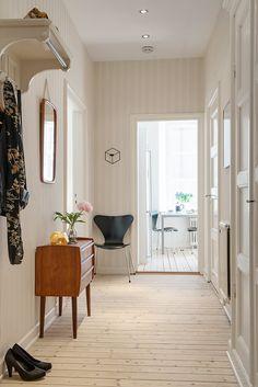 Är fint med randig tapet när den är fin ändå! Scandinavian Design, Furniture, Retro Interior Design, House, Interior Design, Home Decor, House Interior, Entrance Hallway, Deco