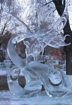Ice carving is a very delicate and impressive way to create sculptures. This frozen butterfly with many details on it creates a gentle and subtle appearance.