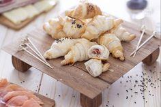 I cornetti salati sono semplici e veloci da fare: assemblateli anche all'ultimo momento per antipasti e aperitivi, magari accompagnati da spumante.