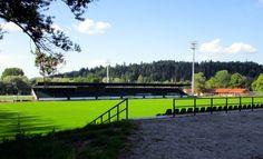 """Lahden kisapuisto """"Kispi"""" on jalkapallostadion, joka avattiin vuoden 1952 olympialaisia varten. Kisapuistossa pelataan vielä pelejä ja pidetään harjoituksia. Kisapuisto tarjoaa myös mm. jalka-, pesä-, kori-, sulka-, ja lentopallo mahdollisuudet. Talvella kentät jäädytetään ulkojäitä varten. Varsinkin nuoriso viihtyy kesäisin puistossa iltamyöhään. Puiston vierestä löytyy myös joitakin sisähalleja."""