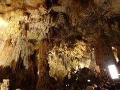 Formações de estalactites na caverna de Postojna