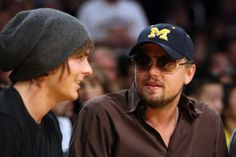 He chats with Zac Efron. | 26 Things That Happen When Leonardo DiCaprio Goes To A Basketball Game