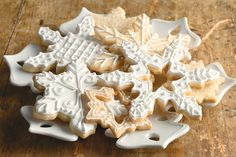 This is the traditional icing for glazing coo. This is the traditional icing for glazing cookies, piping deco - Royal Icing Recipe With Egg Whites, Royal Icing Cookies Recipe, Cookie Icing, Cookie Cutters, Fun Cookies, Holiday Cookies, Sugar Cookies, Decorated Cookies, Holiday Treats