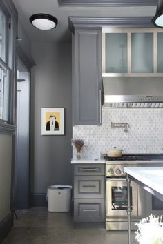 There are so many designs for kitchen, however, for today's article, I will show you the stunning grey kitchen cabinets that you can steal the inspiration! Kitchen And Bath, New Kitchen, Kitchen Grey, Awesome Kitchen, Kitchen Pantry, Kitchen Interior, Kitchen Decor, Design Kitchen, Kitchen Ideas