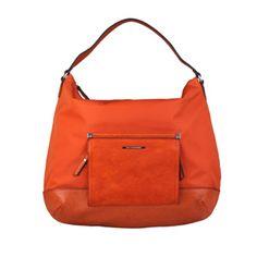 ModernítaškaMarlett od italské značky Benetton je z měkkého poddajného materiálu,který zaručuje praktičnost a variabilitu této velké tašky.Uvnitř je uzavíratelná kapsa na...