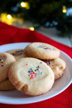Mantecaditos (Polvorones) are buttery Puerto Rican shortbread cookies we always eat at Christmas! This easy recipe can be topped with sprinkles or guava! Fun Desserts, Delicious Desserts, Dessert Recipes, Yummy Food, Dessert Ideas, Breakfast Recipes, Puerto Rican Dishes, Puerto Rican Recipes, Mantecaditos Recipe